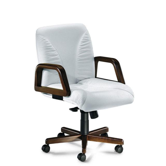 sedia presidenziale con struttura marrone e seduta bianca con braccioli e rotelle
