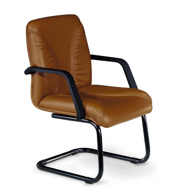 sedia da ufficio in pelle marrone con struttura a slitta e braccioli neri