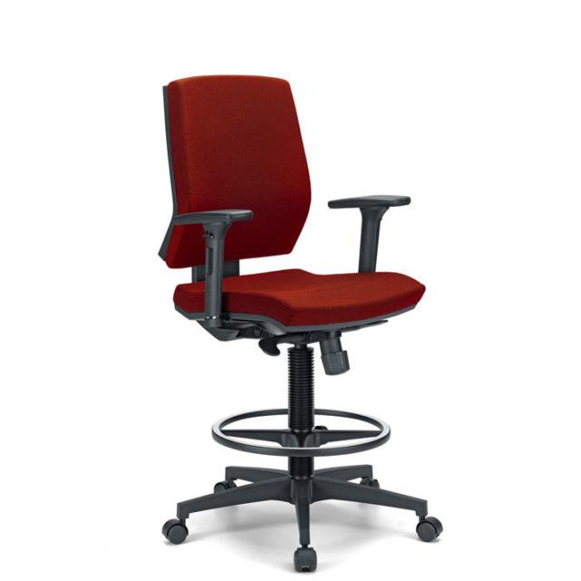 sedia da ufficio con braccioli e base con ruote e poggiapiedi colore rosso