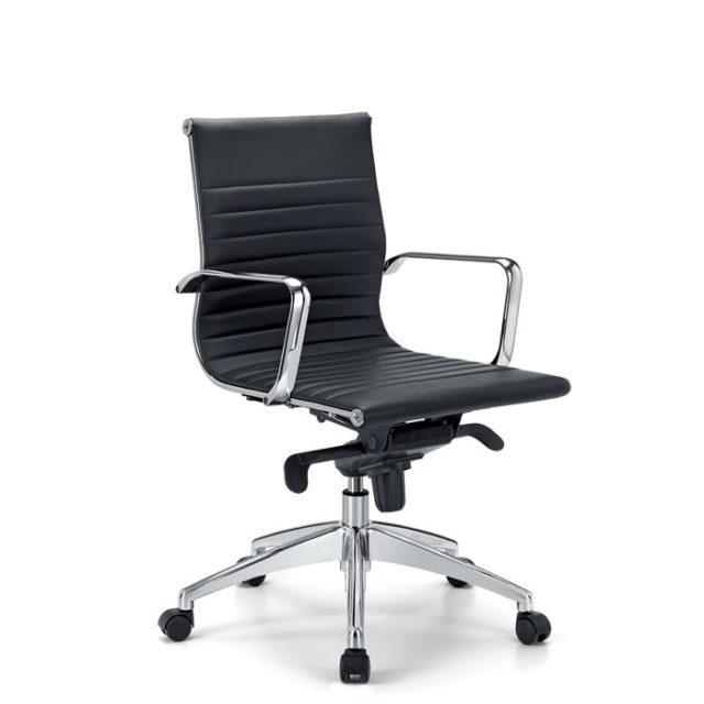sedia da ufficio con struttura in acciaio e seduta nera in pelle o ecopelle dotata di route e braccioli