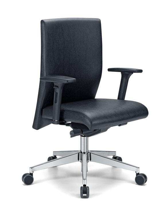 sedia da ufficio in pelle nera con base a 5 razze in acciaio e rotelle