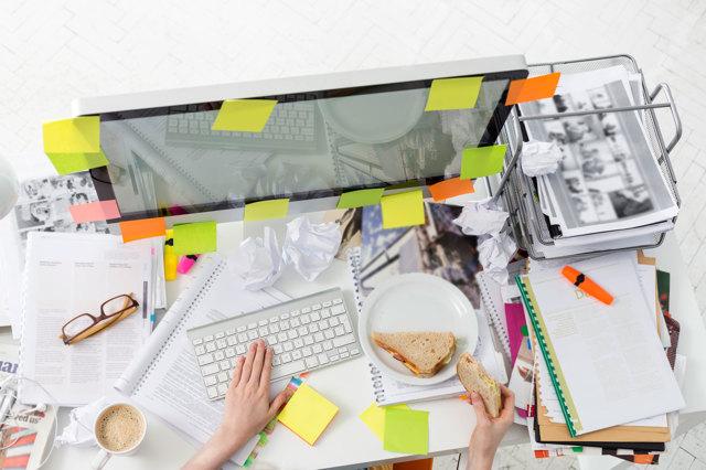 scrivania disordinata